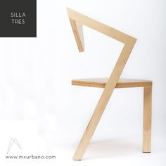 SILLA TRES.El asiento está formado por un rombo que permite lograr la estabilidad de la silla con solo tres soportes. A partir de la rotación de dos de los soportes se crean los brazos de la silla y al mismo tiempo sirven de estructura para el respaldo.