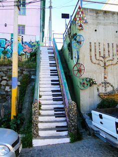 Keep languid time to the music's soft slow decline.....Ağır zamanı müziğin yumuşak düşüşüne uydur...Aldous Huxley ..street art Chile