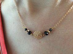 Collier doré ras de cou estampe, cristaux noir et doré : Collier par guerloule