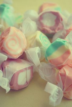 Salt Water Taffy ♥ My favorite candy numnumnumnum, Im highly addicted to it, only buy it once a year. Kreative Snacks, Yummy Treats, Sweet Treats, Sweet Party, Salt Water Taffy, Colorful Candy, Pastel Candy, Candy Colors, Candy Land