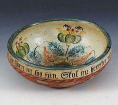Liten rosemalt ølbolle med drikkevers innv. og dat. 1860. Vestlandet, D: 17 cm. Tynn sprekk. Prisantydning: ( 1500 - 2000) Solgt for: 1000