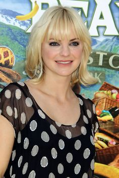 Anna Faris Medium Curls with Bangs - Anna Faris was cute as a button in her polka dot clad blouse. A classic bob and blunt cut bangs finished off her look. Cool Easy Hairstyles, Short Hairstyles For Women, Hairstyles With Bangs, Medium Hairstyles, Frontal Hairstyles, Curly Hairstyle, Medium Hair Styles For Women, Short Hair Styles, Medium Curls