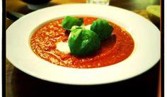 God tomatsoppa. Servera med en bit bröd, mozzarella och färsk basilika. Receptet ursprungligen från Tasteline men jag har minskat på sockermängden och grädden.
