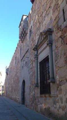 Palacio de Los Dávila, Ávila. Ventana renacentista de 1541, mandada construir por Pedro Dávila y enmarcada por columnillas y remate en frontón con el escudo de armas de los Dávila.