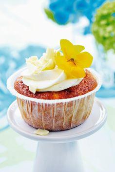 Raparperi-valkosuklaakuppikakut   Muut jälkiruoat   Pirkka Cupcakes, White Chocolate, Panna Cotta, Cheesecake, Food And Drink, Pudding, Sweets, Baking, Eat