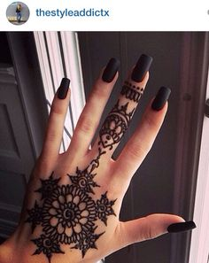 I love this hand Henna! I want to get one during senior week! Picture from Instagram by @thestyleaddictx