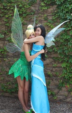 20 Friends Halloween Costumes To Rock The Spooky Day - Flawssy Duo Halloween Costumes, Duo Costumes, Cute Halloween, Halloween Cosplay, Halloween Outfits, Tinkerbell Halloween Costume, Partner Costumes, Best Friend Halloween Costumes, Silvester Party
