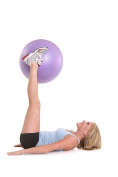 Pressez le ballon entre vos pieds pour muscler vos adducteurs
