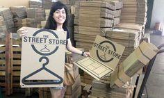 Professora cria projeto onde morador de rua pode escolher roupas doadas
