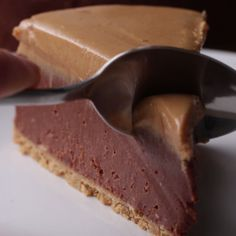 Cheesecake sans cuisson au chocolat et beurre de cacahuète. (No-Bake Chocolate . Easy Desserts, Delicious Desserts, Dessert Recipes, Yummy Food, Dinner Recipes, Chocolate Peanut Butter Cheesecake, Baking Chocolate, Chocolate Chips, Chocolate Butter