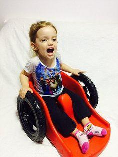Ana Paula, de oito meses, foi diagnosticada com uma grave lesão medular não traumática, cuja causa ainda está sendo investigada.