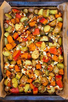 Baked potatoes with pumpkin, brussels sprouts and feta (just a plate!) - cooking carousel - Baked potatoes with pumpkin, Brussels sprouts and feta. This autumnal tin recipe is simple, filling - Pumpkin Recipes, Potato Recipes, Fall Recipes, Pasta Recipes, Soup Recipes, Dinner Recipes, Healthy Recipes, Healthy Soup, Quick Recipes