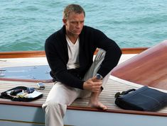 Daniel Craig as James Bond in Casino Royale Craig is wearing an Omega Seamaster Diver reference Daniel Craig James Bond, Daniel Craig Style, Craig Bond, Rachel Weisz, Style James Bond, Z Cam, Omega Seamaster, Skyfall, Moda Masculina
