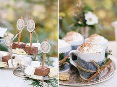 Süße Idee zur Winterhochzeit Hot Chocolate Bar mit kleinen Brownies und Marshmallows