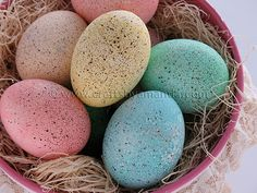 Easter Egg Decorating and Dyeing Ideas for Kids, speckled eggs using brown craft paint and a toothbrush. Making Easter Eggs, Easter Egg Dye, Coloring Easter Eggs, Hoppy Easter, Easter Crafts For Kids, Easter Ideas, Egg Coloring, Easter Decor, Easter Activities