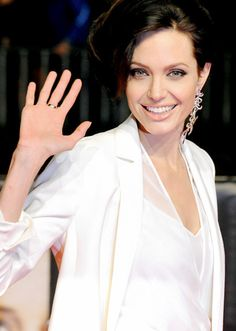 アンジェリーナ・ジョリーはシンプルな装いに豪華なピアス。耳元につけたいアクセサリー♡