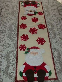 table runner with santa Natal Do Mickey Mouse, Mickey Mouse Christmas Tree, Disney Christmas Decorations, Christmas Tree Quilt, Easy Christmas Crafts, Christmas Sewing, Christmas Projects, Christmas Ornaments, Table Runner And Placemats