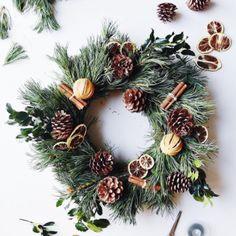- DIY Christmas: 37 DIY Christmas wreaths wreath DIY Christmas: 40 Christmas wreaths to ma - Christmas Door Wreaths, Christmas Love, Christmas Decorations, Holiday Decor, Diy Bathroom, Navidad Diy, Diy Fall Wreath, Diy Weihnachten, Xmas Crafts