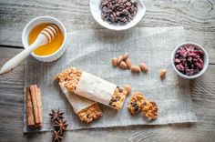 Get-Fit Guy : What Are the Best Ingredients for Energy Bars? :: Quick and Dirty Tips ™ Best Protein Bars, Protein Bar Recipes, Healthy Cookie Recipes, Healthy Cookies, Healthy Food, Camping Food Make Ahead, Best Camping Meals, Camping Breakfast, Homemade Granola Bars