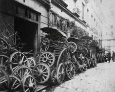 Eugène Atget, Cours D'Amoy 12, Place de la Bastile #1631, c. 1895 Old Paris, Vintage Paris, History Of Photography, Paris Photography, Old Pictures, Old Photos, Monuments, Paris 11e, Belle France