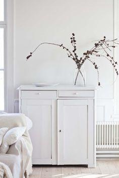 Vit byrå i mitt lantliga och romantiska hem Mari Magnusson - Lilly is Love Home Interior, Interior Styling, Interior And Exterior, Interior Decorating, White Cupboards, White Hutch, White Cabinet, Ideas Hogar, White Cottage