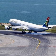 ☼✈South African Airways✈ touching down at Hong Kong Int'l Airport Commercial Plane, Commercial Aircraft, International Civil Aviation Organization, African Colors, Airport Design, Fear Of Flying, Boeing 777, Trains, British Airways