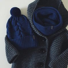 WEBSTA @ dasharichardson.knits - Я очень много вяжу, ооооооченьполучаю огромное удовольствие, когда гора клубков превращается в вещи✨ комплект шапка/снуд 4.500₽, заказы на карди пока не принимаю