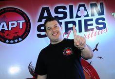 Игроком года APT четвертый год подряд стал Сэм Разави.  Британский профессиональный игрок в покер Сэм Разави (Sam Razavi) четвертый год подряд удостоился титула игрока года Asian Poker Tour (APT).