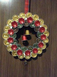 Corona Nespresso Nespresso wreath Mais by aurelia K Cup Crafts, Christmas Crafts, Diy And Crafts, Christmas Diy, Christmas Wreaths, Christmas Decorations, Theme Noel, Coffee Pods, Beads And Wire