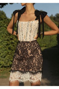 Luxury & Vintage Madrid, offers you the best selection of contemporary and vintage clothes from around the world, discover our luxury brands, Express delivery! Style Couture, Haute Couture Fashion, Nice Dresses, Short Dresses, Lace Dress, Dress Up, Curvy Girl Fashion, Colorblock Dress, Couture Dresses