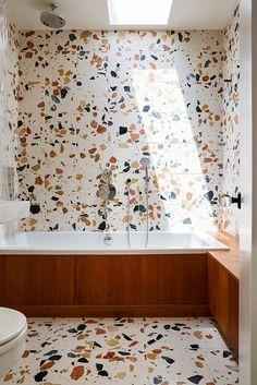 Total look terrazzo dans la salle de bains