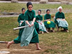 Awhile ago, having just moved to Ohio from the east coast, I decided to spend New Year's Eve with the Amish. Well, not really with the Amish but in the place where the Amish live: Amish country, th… Ohio, Amish Proverbs, Ontario, Amish Family, Amish Culture, Amish Community, Amish Country, Simple Living, Fotografia