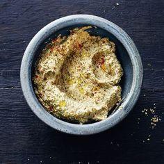 Auberginen-Feta-Creme 1 große Aubergine, 3 Knoblauchzehen, 10 schwarze Oliven, 250 g Schafskäse (Feta), 3 EL Olivenöl, 1 TL getrockneter Oregano, 1 TL edelsüßes Paprikapulver, Salz, gemahlener schwarzer Pfeffer Backofen auf 200°. Die Aubergine halbieren und mit der Schnittfläche nach oben ca. 40 Min. garen. Dann abkühlen lassen. Auberginenfruchtfleisch, Knoblauch, Oliven und Schafskäse mit dem Olivenöl pürieren.