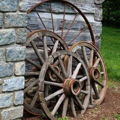 Wagon Wheel Garden, Wagon Wheel Decor, Wooden Wagon Wheels, Wooden Wheel, Landscaping With Rocks, Front Yard Landscaping, Landscaping Ideas, Vieux Wagons, Old Wagons