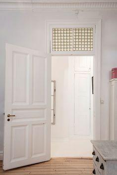 высокая дверь фрамуга наличники коридор встроенный шкаф