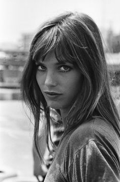 Whether it's perfectly imperfect bedhead (Kate Moss), a shaved pixie cut (Rihanna), or blunt bangs (the entire Birkin clan), the coolest hair has one thing in common: It looks absolutely effortless. Jane Birkin, Vintage Hairstyles, Hairstyles With Bangs, Girl Hairstyles, Marianne Faithfull, Brooke Shields, Alexa Chung, Brigitte Bardot, Dakota Johnson