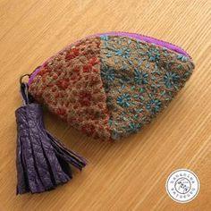 <販売済>刺し子を施した2枚の布を合わせ、変化を加えてファスナーを付けました。本体の大きさとアンバランスなレザータッセルがチャームポイント。鍵、口紅、アクセサリーなど、女性のバッグの中が嬉しくなる小物入れです。大きなタッセルは、所在をわかりやすくしてくれる効果大!■紫ファスナー: 約12cm■サイズ:高さ(平置きにした時) 約7~7.5cm■素 材:布 綿(表裏ともに)■タッセル・本体サイズ:約5cm / 紫 オーストリッチ・ループ:約1.8cm・直径 約1.7cm(一点一点手作りしておりますので、若干の誤差があります)
