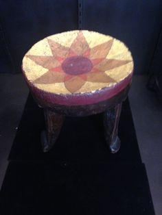 Tabouret Kamba du Kenya peint à la main. Peint en couleurs luxuriantes et des designs uniques. 10 pouces de hauteur 8 1/2 pouces de grand w à