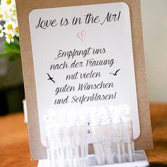 08. Details: Auf unserer Hochzeit habe ich sehr viel selbstgemacht, neben den Einladungen, der Deko,  Teile des Kleides auch ganz viele Details wie dieses hier. Die Gäste haben uns so mit ganz vielen Seifenblasen nach der Trauung empfangen. Das Schöne war, dass alle kleinen liebevoll von mir angefertigte Details von den Gästen wahrgenommen und auch genutzt wurden. Das hat mich mit am meisten gefreut 💗 #instaweddingchallenge #instawedding #instabride #diy #wedding #hochtietopndiek #detail…