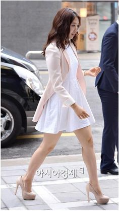 Shin Hye: white dress with muted pastel pink long blazer and nude pumps. Park Shin Hye, Kpop Fashion, Girl Fashion, Fashion Outfits, Japanese Fashion, Asian Fashion, Corporate Attire, Korean Celebrities, Korean Outfits