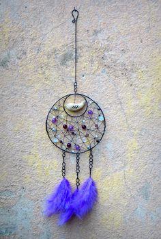 """Ptačí. Dreamcatcher. """"Lapač snů zavěšují indiáni volně do místnosti nebo přímo za hlavu spícího. Podle staré legendy severoamerických indiánů se špatné sny zachytí v síti lapače a ráno jsou zničeny denním světlem. Ty dobré sklouznou po peříčku zpět do duše spícího."""" Tuto variaci na lapač snů neboli dreamcatcher jsem vyrobila zčerného drátu, ... Wall Hanger, Free, Dream Catchers, Crafts, Diy, Craft Ideas, Home Decor, Ideas, Log Projects"""
