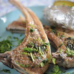 Découvrez la recette Grillades d'agneau au hachis d'herbes sur cuisineactuelle.fr.