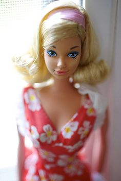 Another treasure from the Barbie Convention by Arnaldo's Restorations. She's a gorgeous Malibu PJ with a flip and gold eyeshadow. Play Barbie, Barbie Life, Barbie World, Barbie And Ken, Barbie Sisters, Barbie Family, Fashion Dolls, Retro Fashion, Barbie Convention