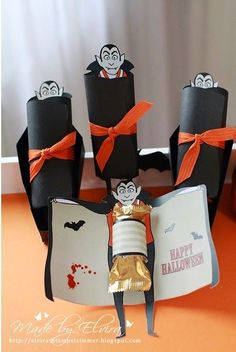 Halloween - kleine Geschenke Best Picture For diy halloween room decor For Your Taste You are looking for something, and it is going to tell you exactly what you are looking for, and you didn't find t Halloween Tableau, Chocolat Halloween, Dulceros Halloween, Halloween Crafts For Kids, Halloween Design, Diy Halloween Decorations, Halloween Cards, Holidays Halloween, Halloween Treats For School