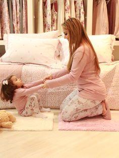 Para as mamães dorminhocas: um pijama quentinho para esse inverno. E ainda mais legal se ele combinar com o seu.