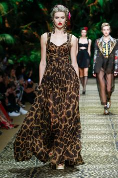 Dolce & Gabbana takes a trip to the jungle for its spring-summer 2020 collection. Presented during Milan Fashion Week, the designers open the show with safari… Catwalk Fashion, Fashion 2020, Star Fashion, Fashion Show, Fashion Design, Seoul Fashion, Tokyo Fashion, Fashion Weeks, London Fashion