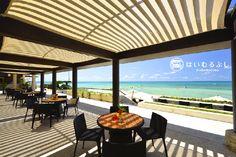 2012年に「ぬちぐすいリゾート」をコンセプトにビーチエリアをリニューアル! ゆるりと寛げるビーチカフェでは冷たい飲み物や軽食を召し上がりながら、絶景をお楽しみいただけます。