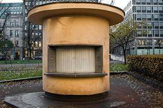 Kioski - kioski lankarullakioski lippakioski esplanadi kiinni keltainen tiski pyöreä betoni