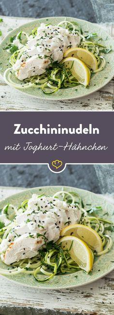 Frisch, gesund und so lecker - das saftige Hähnchen überzeugt mit zitroniger Note, die sich auch in den weizenmehlfreien Zucchininudeln wiederfindet.