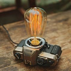 The lampholder is a real film camera, we recycle the old camera then transorm it to a table lamp.Size: 16.5cm*13.2cm*9cmPower line length: 180cmLamp power: 40WL